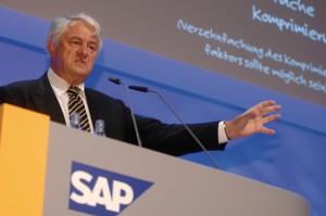 """""""Künftig werden auch Großunternehmen wie Walmart nicht nur ihre Stammdaten, sondern auch sämtliche Bewegungsdaten im Hauptspeicher ablegen"""", formuliert SAP-Mitgründer Hasso Plattner sein Paradigma."""